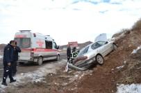 Otomobil Toprak Alana Çarptı Açıklaması 1'İ Ağır 2 Yaralı