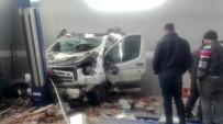 Pikap, Duvarı Deldi Açıklaması 2 Yaralı