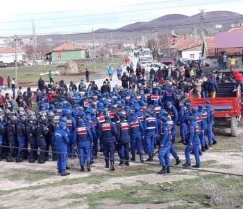 Kamyonlara Tepki Gösteren Köylüler Yolu Trafiğe Kapattı