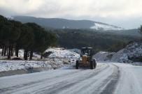 Edremit Belediyesi Ekipleri Yolu Açık Tutmak İçin Çalışıyor