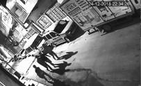 MIMARSINAN - Kamyon Kasasını Açamayınca, Başka Arabanın Camını Patlatıp Tesisat Malzemelerini Çaldılar