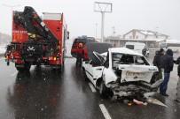 Kar Nedeniyle Kırmızı Işığı Görmeyen Sürücü Önündeki Araca Çarptı Açıklaması 2 Yaralı