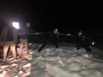 Karda Dağ Başında Mahsur Kalan Öğretmeni Köylüler Kurtardı