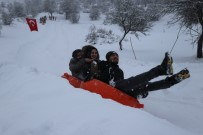 Abant'ta Kar Keyfini Şambrelle Kayarak Çıkardılar