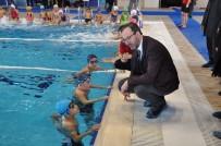 Bakan Kasapoğlu, Kars Olimpik Yüzme Havuzu'nda Çocuklarla Buluştu