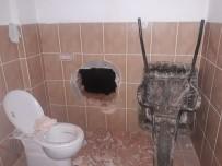 Evin Duvarını Delip Hırsızlık Yaparken Yakalandılar