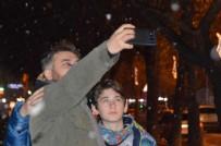 Kar Yağmaya Başladı, Vatandaşlar Cep Telefonlarına Sarıldı