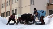 Köyde Çocukların Su Bidonuyla Kayak Keyfi