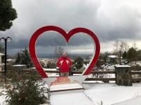 Kuzey Ege'nin Turizm Beldesi Altınoluk'a Kar Yağdı