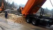 ONARIM ÇALIŞMASI - Mersin'de Yağmur Nedeniyle Yol Çöktü
