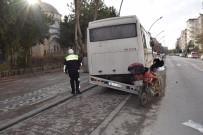 MOTOSİKLET SÜRÜCÜSÜ - Park Halindeki Otobüse Çarpan Motosiklet Sürücüsü Yaralandı