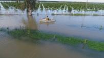 CEYHAN NEHRİ - Çiftçiler Göle Dönen Tarlalarında Kayıkla Zarar Tespiti Yaptı