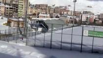 Hakkari'de Kar Nedeniyle Tribünün Çatısı Çöktü