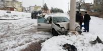 MUHSİN YAZICIOĞLU - Otomobil Elektrik Direğine Çarptı Açıklaması 4 Yaralı