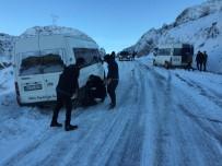 SERVİS ARACI - Sincik'te Yollar Buz Pistine Döndü