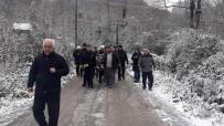 MURAT ÖZTÜRK - Buzda Kayan Otomobil Ağaçlık Alana Devrildi Açıklaması 3 Yaralı