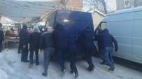 YALIN - Karda Hareket Edemeyen Minibüs Şoförünün İmdadına Zabıta Koştu