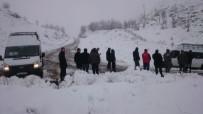 KAVAKLı - Yolda Mahsur Kalan Öğretmenlerin Yardımına Köylüler Koştu