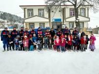 Jandarma Ekipleri Öğrencilerle Kartopu Oynadı