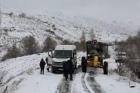 SERVİS ARACI - Karda Mahsur Kalan Öğrencilerin Yardımına ASKİ Ekipleri Koştu