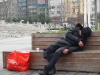 TAKSIM - (Özel) Beyoğlu Zabıtası Ve Polisi Donmakta Olan Evsizi Son Anda Kurtardı