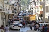 HAFRİYAT KAMYONU - Freni Patlayan Kamyon Mahalleyi Savaş Alanına Çevirdi