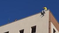 İntihara Kalkışan Genci Polis İkna Ederek Çatıdan İndirdi