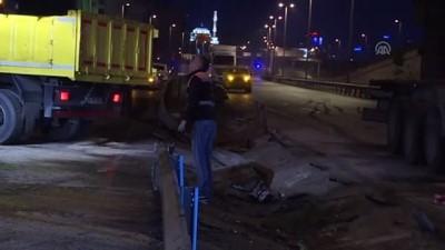 İstanbul'da Devrilen Tırın Sürücüsü Yaralandı