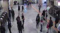 ÖZEL GÜVENLİK GÖREVLİSİ - Metro Personelinin Dikkati Kayıp Vatandaşı Ailesiyle Buluşturdu