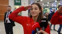 MİLLİ BOKSÖR - Dünya İkincisi Boksör Buse Naz Çakıroğlu'ndan Havalimanında Asker Selamı