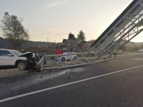 ARAZİ ARACI - Arazi Aracının Çarptığı Işıklı Tabela Yolu Trafiğe Kapattı
