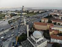 Avcılar'da Depremde Zarar Gören Caminin İkinci Minaresinin Sökümü Başladı