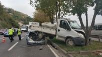 Samsun'da Otomobil Kamyonetin Altına Girdi Açıklaması 2 Yaralı