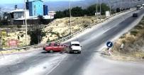 Erzincan'da İki Otomobilin Çarpışma Anı Kamerada