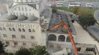 Avcılar'daki Caminin İkiz Minaresinin Yıkım İşlemleri Tamamlandı