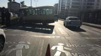 Minibüs Önce Yayaya, Sonra Refüje Çarptı Açıklaması 1'İ Ağır 3 Yaralı