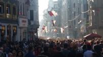 Güneşli Havayı Fırsat Bilenler İstiklal Caddesi'ne Akın Etti