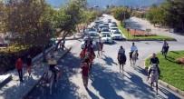 Atlı Cirit Gösterisi Yapılan Düğünde, Sünnet Çocuğunu Deveye Bindirip Konvoy Yaptılar
