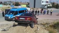 Ehliyetsiz Sürücü Polisten Kaçarken Anneyle Kızına Çarpıp Kum Yığınına Saplandı