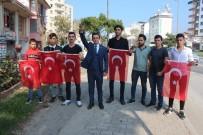 ÜLKÜ OCAKLARı - İstanbul Yolundaki Sürücülere Türk Bayrağı Dağıttılar
