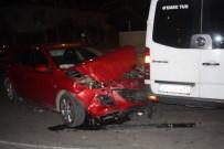 Tur Minibüsüyle Otomobil Çarpıştı Açıklaması 3 Yaralı