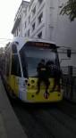(Özel) Tramvaya Asılan Çocukların Tehlikeli Yolculuğu Yürekleri Ağza Getirdi