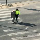 Polis, Yürümekte Zorluk Çeken Yaşlı Adamı Kolundan Tutarak Karşıya Geçirdi