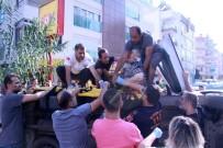 Yan Yatan Ticari Taksideki Yaralılar Vatandaşlar Tarafından Çıkartıldı