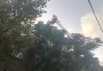 YEŞILKENT - Avcılar'da Korkutan Çatı Yangını