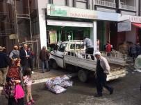 Kontrolden Çıkan Kamyonet Markete Daldı