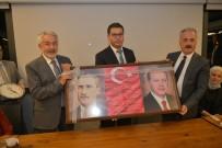 ÖMER SEYMENOĞLU - Muhtarlardan Başkan Başdeğirmen'e, Atatürk Ve Cumhurbaşkanı Erdoğan'lı Fotoğraflı Makam Panosu Hediyesi