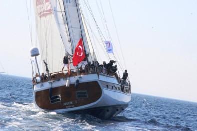 Sahil Şeridinden Geçen Dev Yelkenlileri Turistler Pür Dikkat İzledi