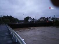TREN SEFERLERİ - Şiddetli Yağış Sonucu 10 Kişi Hayatını Kaybetti