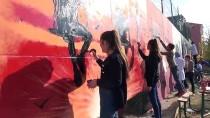 Çocuklar İçin 63 Metre Uzunluğundaki Duvarı Renklendirdiler